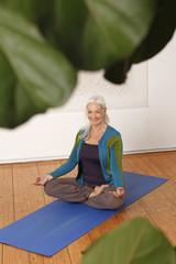 Deutschland, Düsseldorf, Seniorin praktizieren Yoga