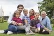Deutschland, Nürnberg, Familie sitzt im Gras