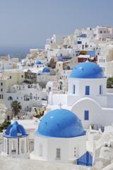 Griechenland, Ansicht der klassischen weiß getünchten Kirche in Oia der Kykladen