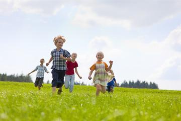 Deutschland, Bayern, Gruppe von Kindern rennen Wiese