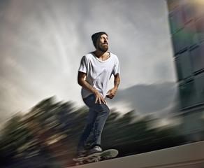 Deutschland, Köln, Junger Mann skaten auf Skateboard