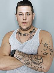 junger Mann mit Tätowierungen