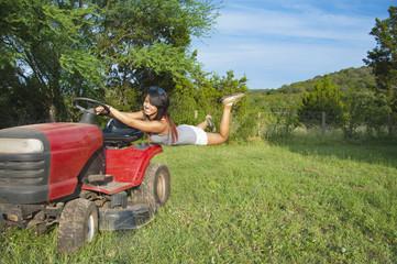 USA, Texas, Teenager-Mädchen hängen an Traktor