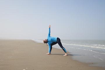 Belgien, Junge Frau, Übungen an der Nordsee