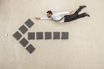 Geschäftsmann oben genannten Aktenordner fliegenden Pfeil-Zeichen bilden