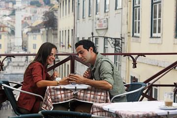 Portugal, Lisboa, Carmo, Largo du Duque, junge Paar sitzt am Straßencafé