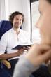 Mann liest ein Buch in einem Zug