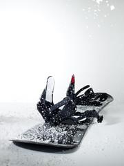 Snowboard auf weißem Hintergrund