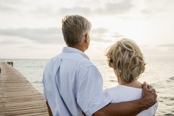 Spanien, Senior Paar stand am Meer