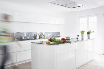 Deutschland, Köln, Mann in der Küche, Bewegungsunschärfe