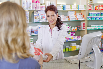 Deutschland, Brandenburg, Apotheker überreichen Medikament an Frau