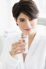 Deutschland, München, Frau mit Wasserglas