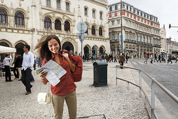 Portugal, Lissabon, Baixa, Rossioe junge Frau mit Stadtplan