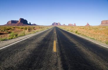 Usa, Utah, Blick auf Straße in der Wüste zum Monument Valley