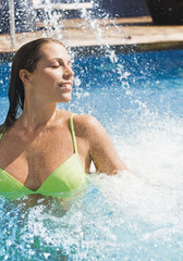 Spanien, junge Frau im Schwimmbad