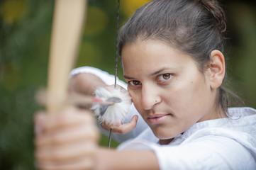 Österreich, Land Salzburg, junge Frau zielen Bogenschießen
