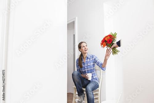 Menschliche Hand, Blumenstrauß, um Frau
