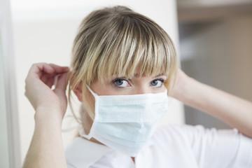 Deutschland, Zahnarzt mit Mundschutz