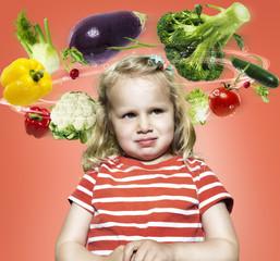Kleines Mädchen mit fliegenden Gemüse um den Kopf, Composite
