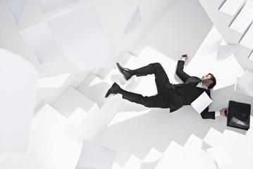 Geschäftsmann mit Aktenkoffer liegend Treppe
