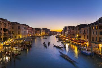 Italien, Venedig, Ansicht des Canal Grande in der Abenddämmerung