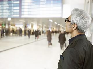 Geschäftsmann am Flughafen stehen