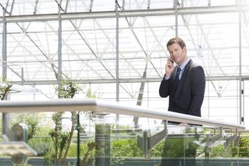 Deutschland, Hannover, Geschäftsmann sprechen auf Handy