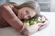 Frau mit äpfeln