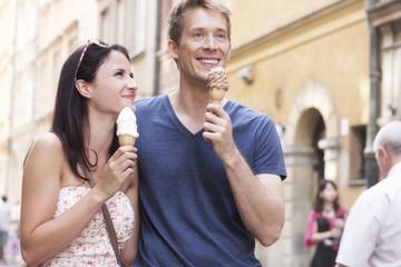 Polen, Warschau, Junges Paar mit Eistüten