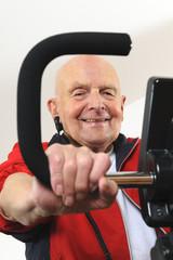 Älterer Mann auf Traingsmaschine