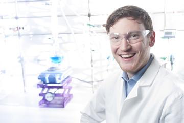 Deutschland, junger Wissenschaftler lächelnd
