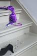 Schuhe und BH auf Treppe
