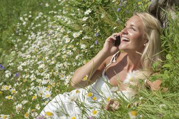 Österreich, Salzburg, Frau sprechen auf Handy