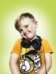 Lächelnder junger Junge mit Kopfhörern