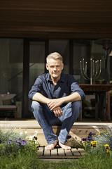 Deutschland, Berlin, Mann entspannt auf der Terrasse