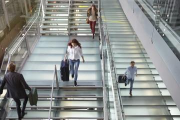 Deutschland, Köln, Menschen zu Fuß über Treppen mit Gepäck am Flughafen Bonn