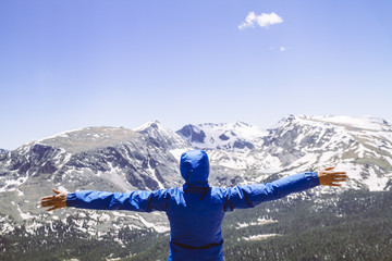 USA, Colorado, Rocky Mountain National Park, Frau schaut auf die Berge