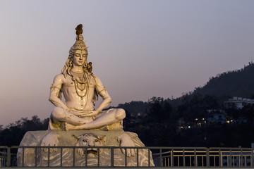 Indien, Uttarakhand, Rishikesh, Lord Shiva -Statue am Fluss Ganges
