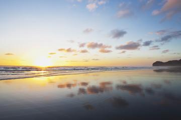 Neuseeland, Ansicht von Piha Beach bei Sonnenuntergang