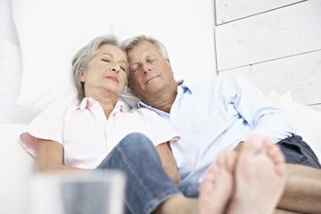 Spanien, Senior Paar auf Bett schläft im Hotel