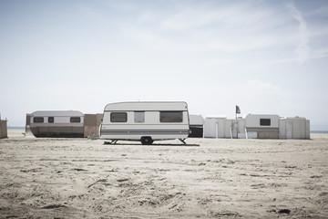 Südfrankreich, Blick auf Wohnwagen am Strand in der Camargue