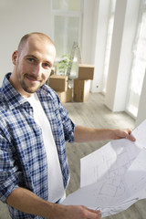 Junger Mann in der neuen Heimat Halten Bauplan
