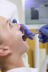 Deutschland, Brandenburg, Strausberg, Zahnarzt Untersuchung von Patienten Zähne