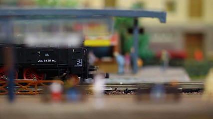 Modellbahn_Nostalgie Zug verlasst Bahnhof