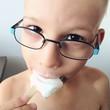Chłopiec je loda