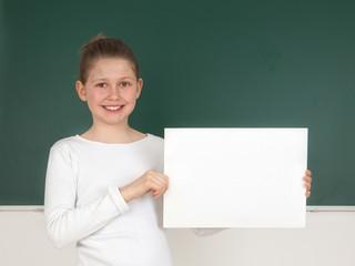 Schülerin hält leeres Schild