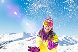 Frau schmeißt Schnee in die Luft
