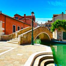 Venise paysage urbain, l'eau du canal, le pont et les bâtiments traditionnels.