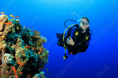 In de dag Duiken Scuba diver and coral reef underwater