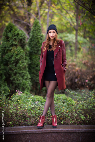 Young beautiful girl fashion shot / Autumn scene